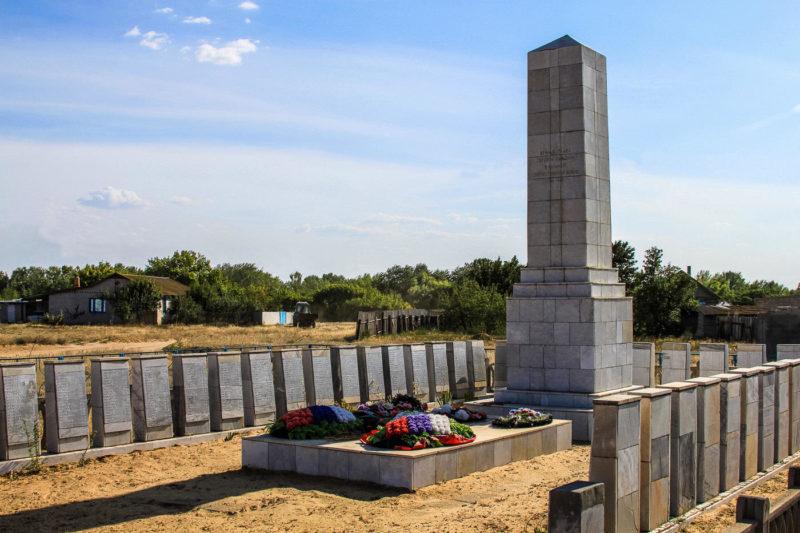 х. Песковатка Городищенского р-на. Памятник, установленный в 1956 году, установленный на братской могиле, где захоронено 600 советских воинов, в т.ч. 34 неизвестных.