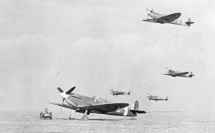 Истребители Supermarine Spitfire из эскадрильи №165 RAF взлетают в Грейвсенде. 1940 г.