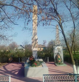 х. Нижнегнутов Чернышковского р-на. Мемориал, установленный в 1972 году в честь павших воинов и земляков.