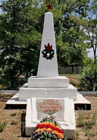 х. Попов Чернышковского р-на. Памятник, установленный на братской могиле в 1962 году, где перезахоронено 14 советских воинов.