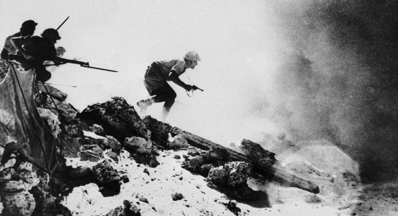 Австралийское подразделение атакует немецкие позиции под прикрытием дымовой завесы 1942 г.