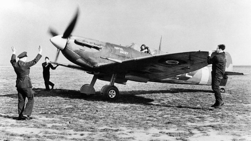 Истребитель Supermarine Spitfire Mk-VB из эскадрильи № 165 в Грейвзенде совершил посадку. 1940 г.