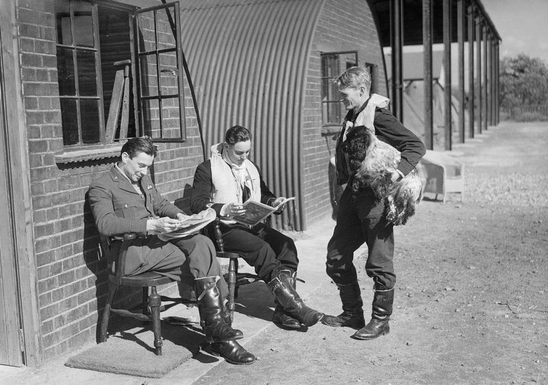 Пилоты эскадрильи №19 RAF отдыхают между вылетами. Кембриджшир, 1940 г.