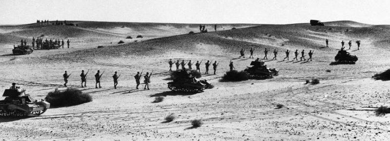 Австралийские войска во время учебной атаки. 1942 г.