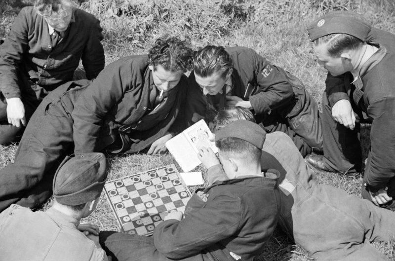 Пилоты из 122-й эскадрильи RAF играют в шашки. 1940 г.