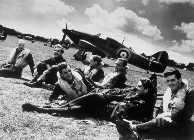 Пилоты 32-й эскадрильи британских Королевских ВВС отдыхают на аэродромной стоянке в Хокиндже. 1940 г.