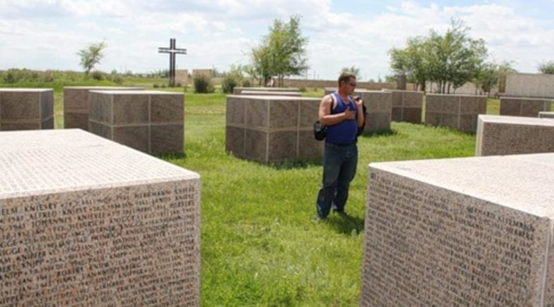 На гранитных кубах, нанесены имена тех, кто до сих пор считается пропавшим без вести в Волгоградской и Ростовской областях в 1942-1943 годах.