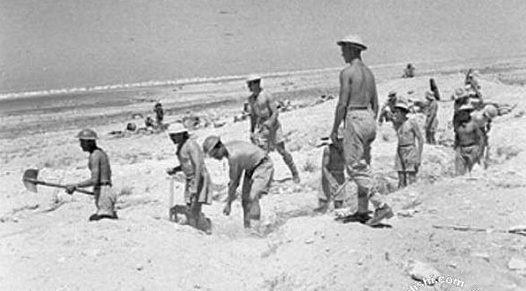 Британские солдаты роют траншеи. 1942 г.