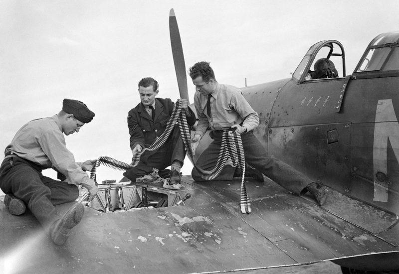 Оружейники пополняют боеприпасы на истребителе Hawker Mark-I. Кембридж. Сентябрь 1940 г.