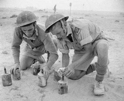 Британские солдаты устанавливают противопехотные мины. 1942 г.