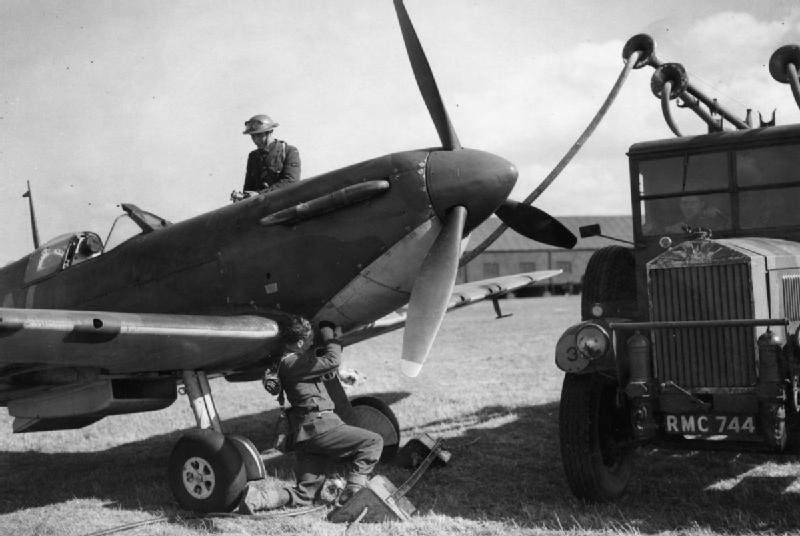 Заправка истребителя Supermarine Spitfire Mk-I. Сентябрь 1940 г.