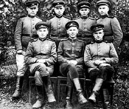Командир роты голубиной связи М.Н. Богданов (в первом ряду в центре) с группой бойцов. 1943 г.