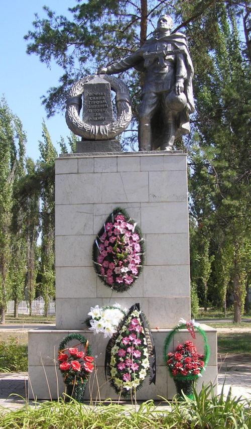 п. Сады Придонья Городищенского р-на. Памятник, установленный на братской могиле советских воинов, погибших во время Сталинградской битвы.