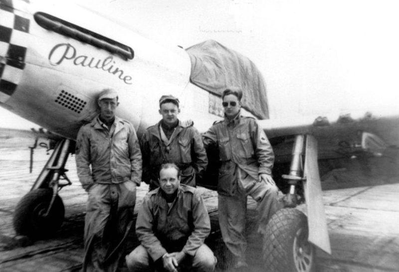 Пилоты 505-й истребительной эскадрильи у истребителя P-51D. 1940 г.