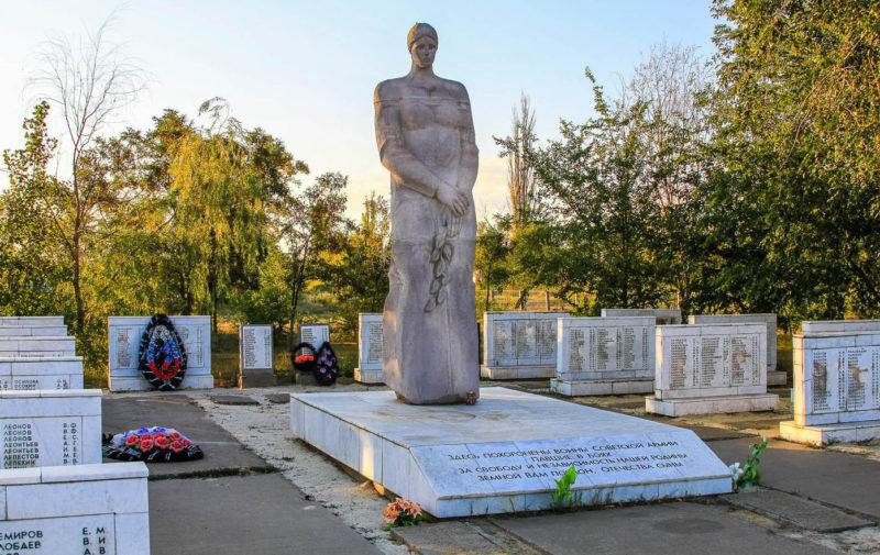 с. Самофаловка Городищенского р-на. Памятник на воинском захоронении, где покоится прах 4092 советских воинов, в т.ч. 33 неизвестных.