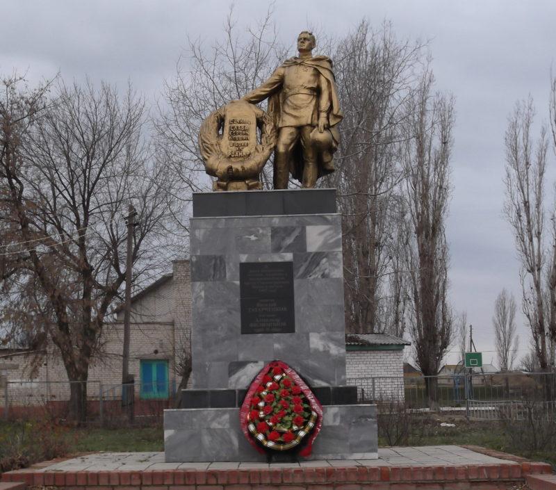 с. Таловка Камышинского р-на. Братская могила участников гражданской войны и советских воинов, погибших во время Сталинградской битвы.