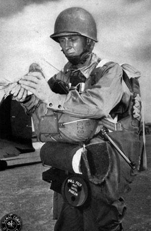 Десантник выпускает голубя во время маневров во время маневров в Теннесси. 24 ноября 1943 г.