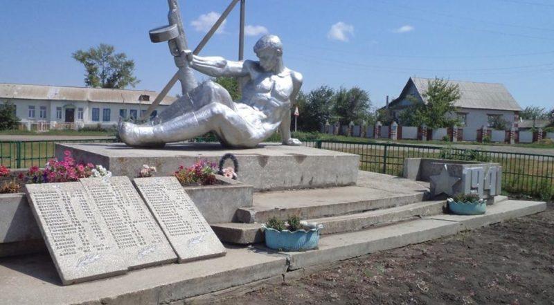 с. Александровка Киквидзенского р-на. Памятник воинам-землякам, установленный в 1977 году.