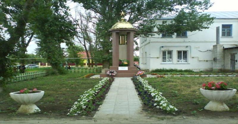 п. Гришин Киквидзенского р-на. Памятник советским воинам.