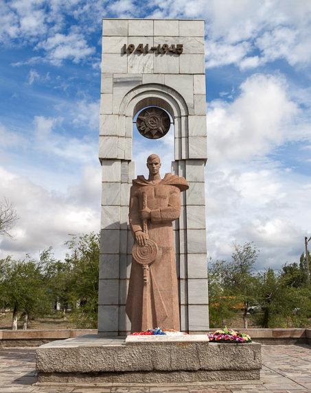 г. Дубовка. Памятник воинам землякам.
