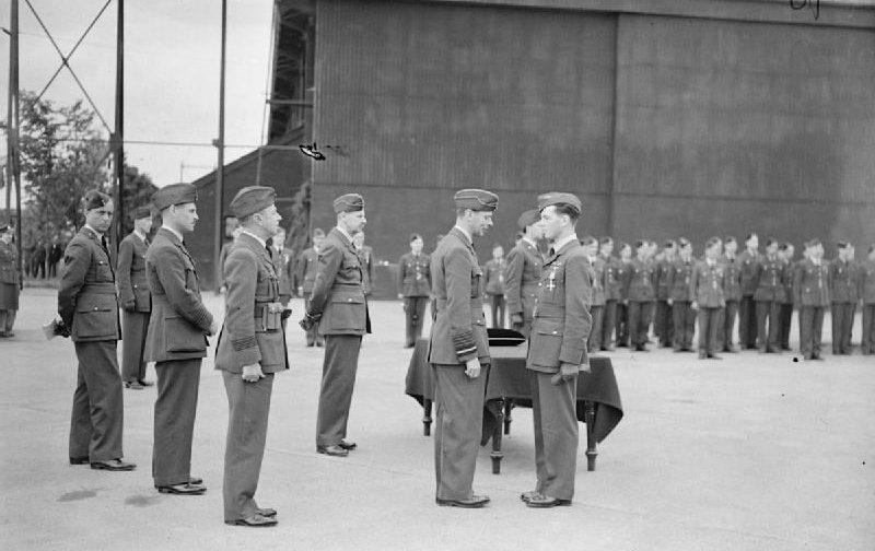 Король Георг VI награждает пилота Джона Аллена. Хорнчерч. Июнь 1940 г