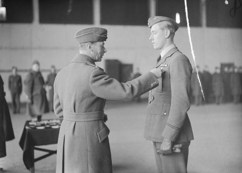 Король Георг VI награждает пилота А.Г. Льюиса. Даксфорд. Сентябрь 1940 г.