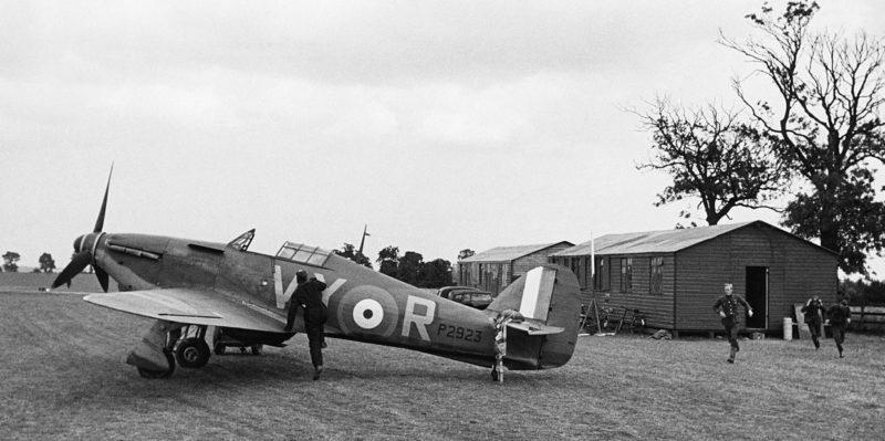 Пилоты из ЮАР 85-й эскадрильи бегут к своим самолетам. 1940 г.