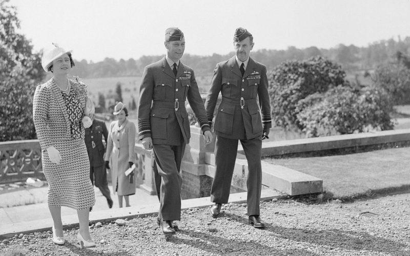 Король Георг VI и королева Елизавета в сопровождении маршала авиации сэра Хью Даудинга в штабе командования истребителей в монастыре Бентли, недалеко от Станмора. 1940 г.