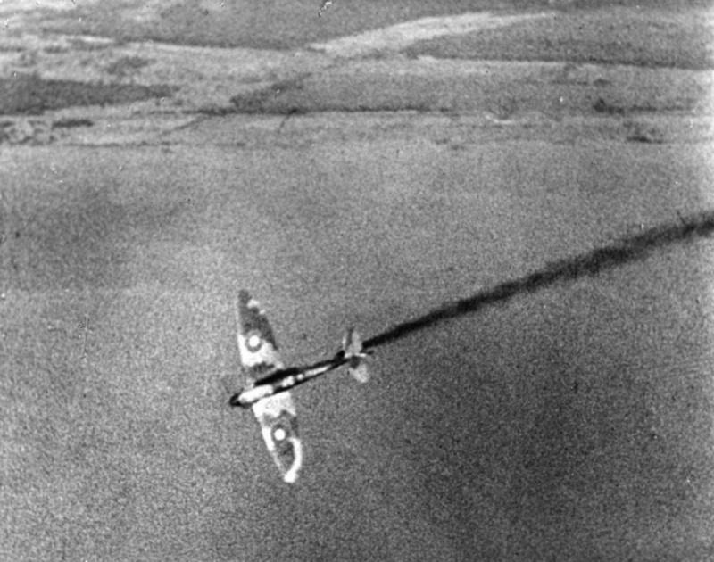Горящий британский истребитель «Спитфайр». Ноябрь 1940 г.