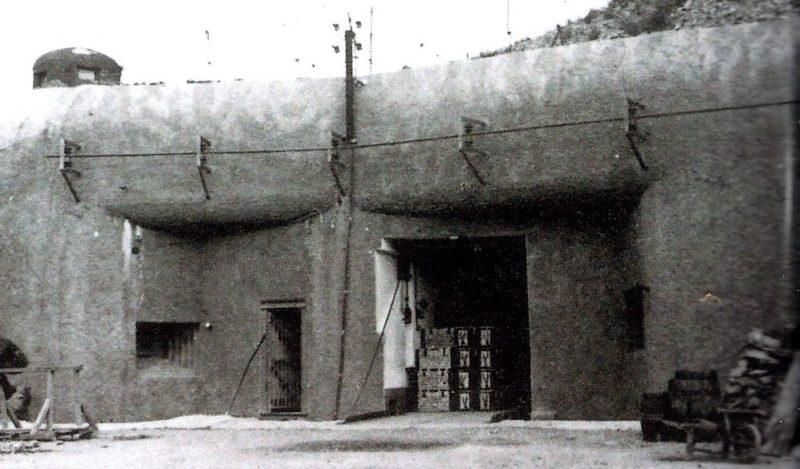 Входной блок во время войны и сегодня.
