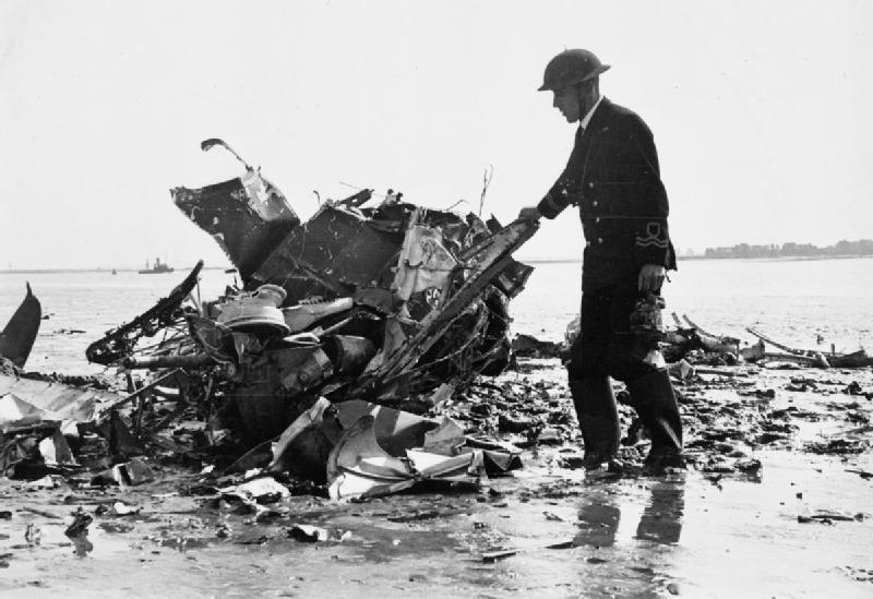 Офицер RNVR из Медуэйского речного патруля осматривает обломки Спитфайра. 1940 г.