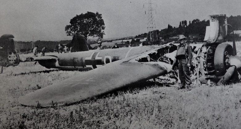 Британские солдаты охраняют сбитый бомбардировщик Dornier Do-17Z. Август 1940 г.