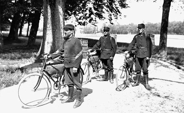 Доставка голубей-связистов к месту назначения на велосипедах.