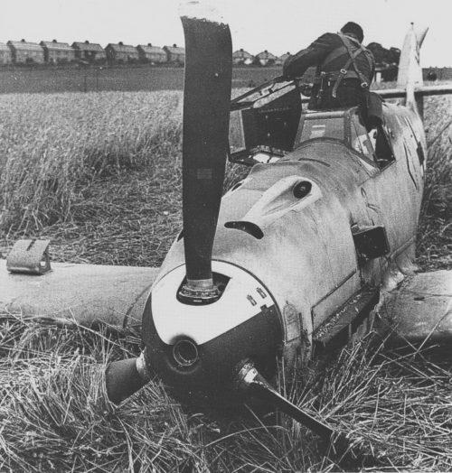 Истребитель Bf.109E на вынужденной посадке в Англии. 1940 г.