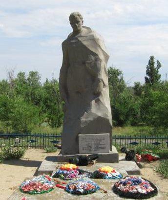 с. Лозное Дубовского р-на. Братская могила советских воинов, погибших в годы войны.