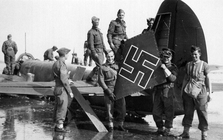 Британские солдаты у бомбардировщика Ju-88A. 1940 г.