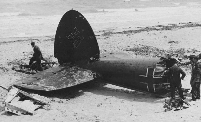 Британские военнослужащие у хвостовой части немецкого бомбардировщика He-111. 1940 г.