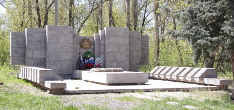 с. Оленье Дубовского р-на. Братская могила советских воинов.