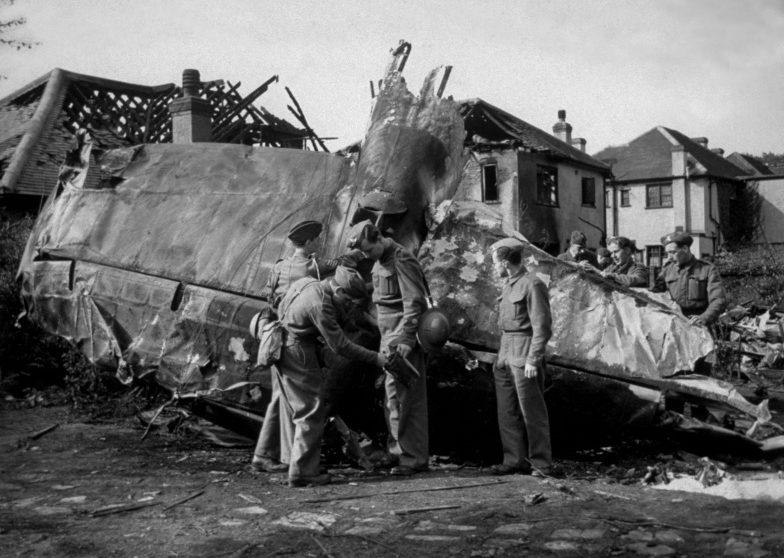 Британские солдаты у сбитого зенитной артиллерией бомбардировщика He -111 1940 г.