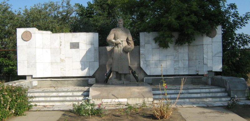 х. Караженский Клетского р-на. Памятник, установленный на братской могиле советских воинов.