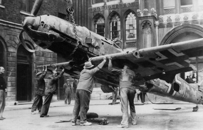 Демонстрация сбитого истребителя Bf.109E-3 в Лондоне. Октябрь 1940 г.