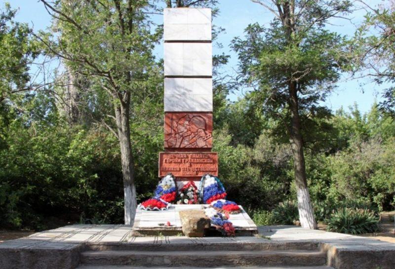 с. Песковатка Дубовского р-на. Памятник во дворе школы установленный в 1975 году на братской могиле, в которой захоронено 112 советских воинов.