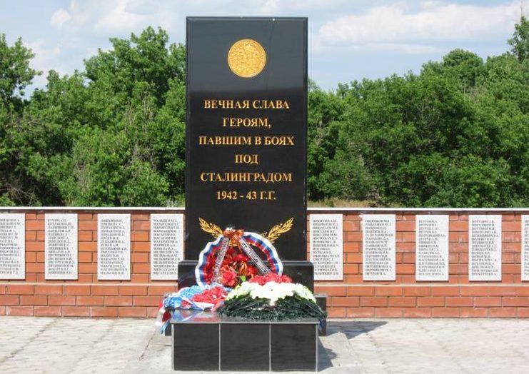 с. Садки Дубовского р-на. Братская могила участников гражданской войны и советских воинов, погибших во время Сталинградской битвы.
