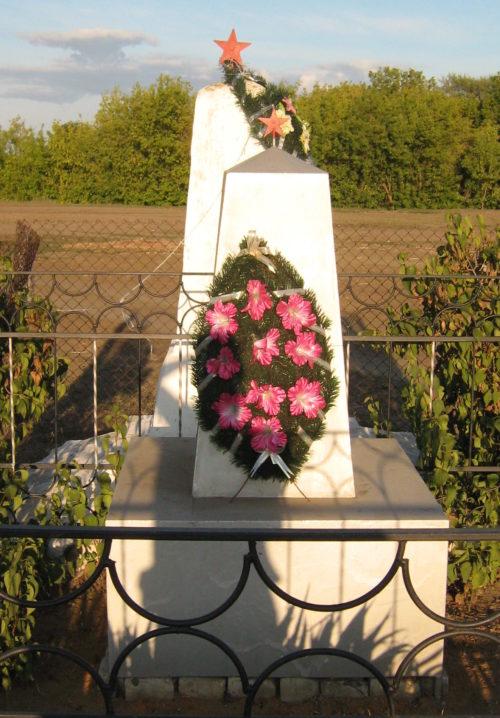х. Максари Клетского р-на. Братская могила советских воинов.