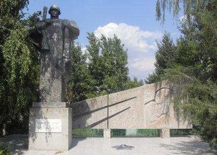 п. Большевик Еланского р-на. Памятник советским воинам.