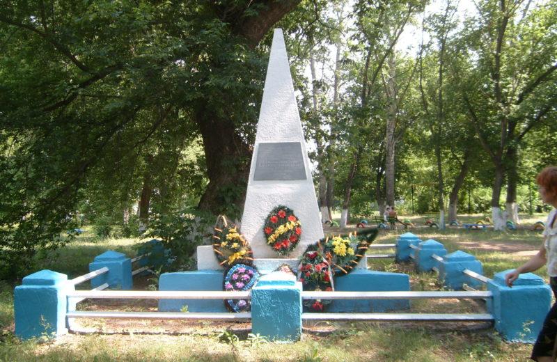 с. Вязовка Еланского р-на. Могила советских летчиков Н.И. Бочкова и А. Никитина, погибших во время Сталинградской битвы.