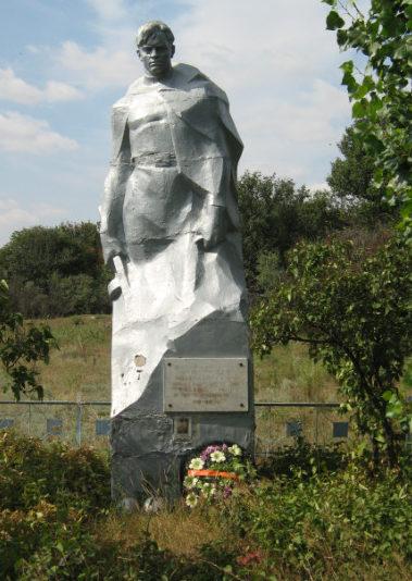 х. Нижняя Бузиновка Клетского р-на. Памятник, установленный на братской могиле советских воинов.