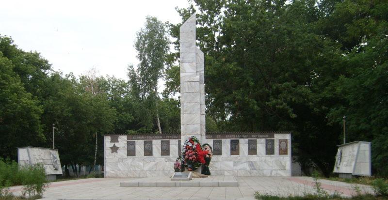 п. Елань ул. Пионерская. Братская могила советских воинов.