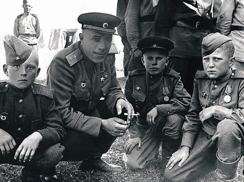 Комбриг Михаил Фомичев с воспитанниками бригады. 1945 г.