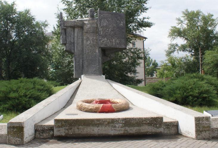г. Жирновск. Памятник воинам-землякам, установленный в 1972 году. В 1995 году мемориал был реконструирован. Скульптор - А. Голованов.